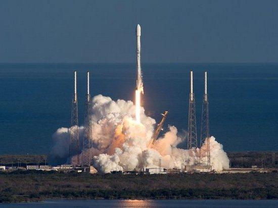 Компания SpaceX успешно запустила военный спутник связи (видео)