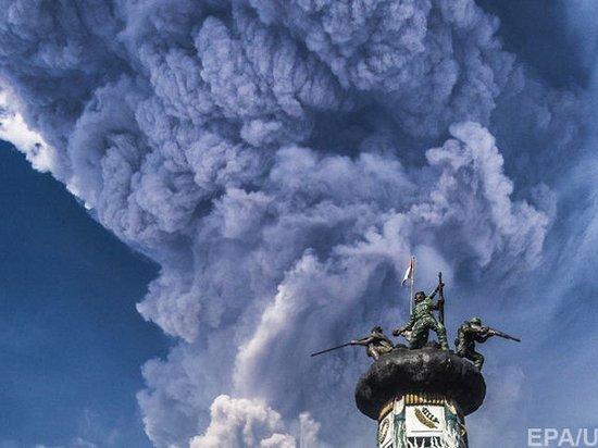 Из-за вулкана в Индонезии объявлен высший уровень опасности для авиакомпаний