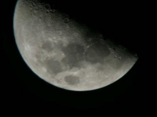 Возле Луны зафиксировали неизвестные объекты (видео)