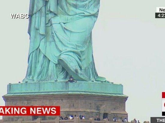 Женщина забралась на Статую Свободы (видео)