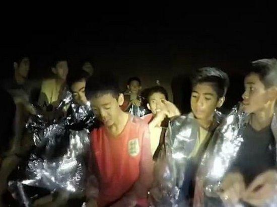 Из пещеры в Таиланде эвакуированы 4 мальчиков, операция приостановлена из-за дождя