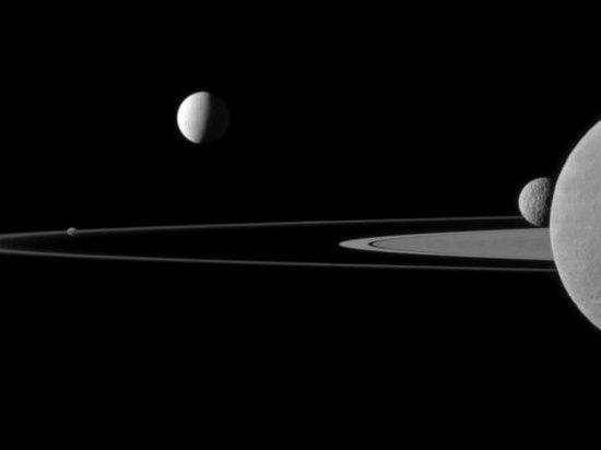 Музыка космоса. Ученые зафиксировали странные звуки между Сатурном и его спутником
