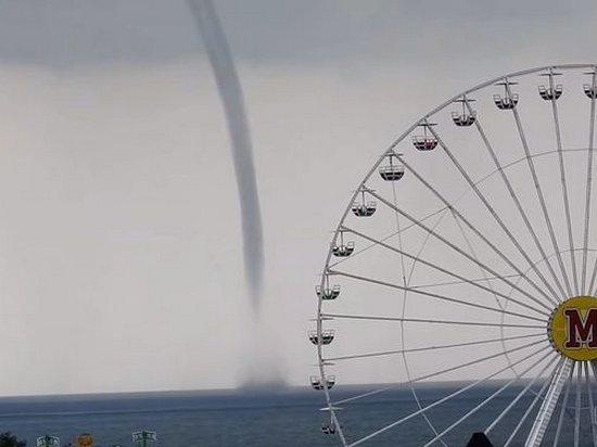 Очевидцы сняли на море в Бердянске гигантский смерч (видео)