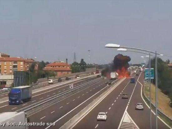 Обнародовано видео момента мощного взрыва на шоссе в Болонье
