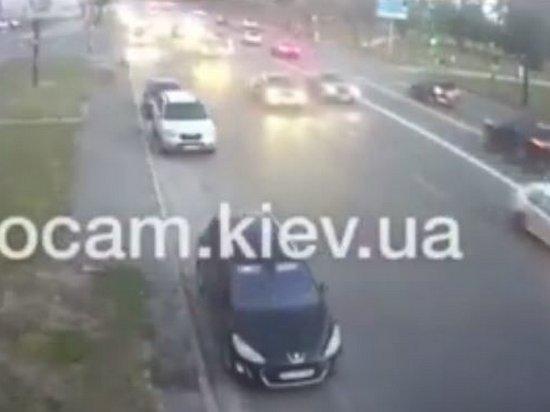 ДТП в Киеве: водитель BMW на большой скорости протаранил припаркованные авто