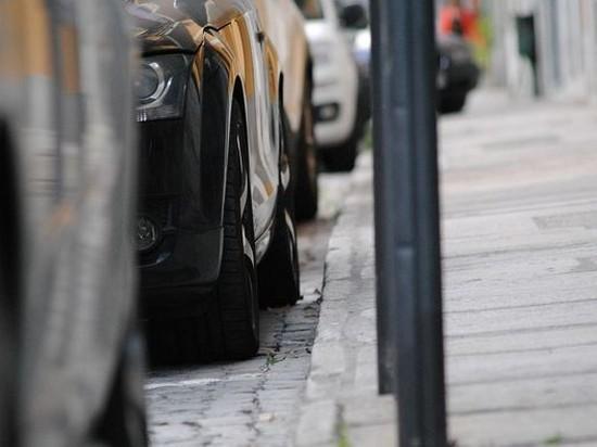 В Украине запретили проектировать автостоянки на тротуарах