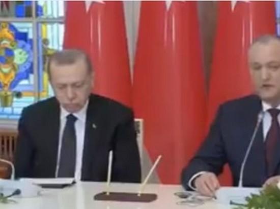 Эрдоган уснул во время речи президента Молдовы (видео)