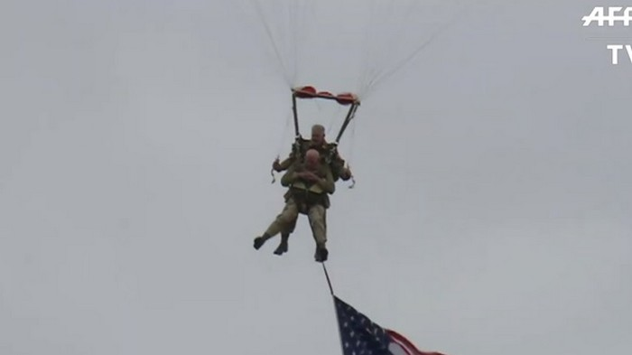 Американец в 97 лет прыгнул с парашютом (видео)