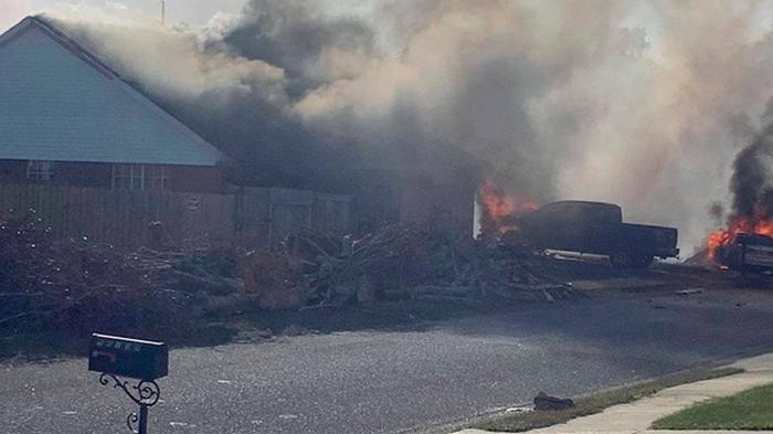 В США военный самолет упал на жилые дома, есть жертвы (фото)