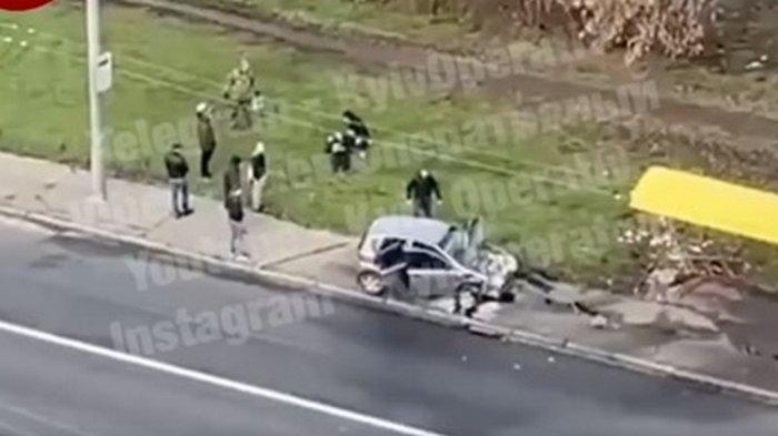 В Киеве автомобиль влетел в остановку (видео)