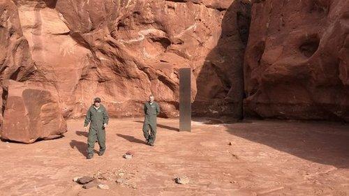 В США экипаж вертолета обнаружил в пустыне загадочный металлический монолит (фото)