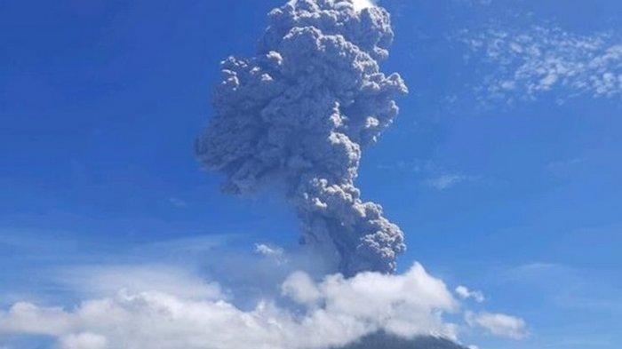Мощное извержение вулкана в Индонезии: видео