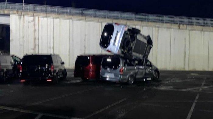 В Испании уволенный сотрудник крушил бульдозером новые Mercedes (фото)