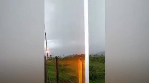 Бразилец снял на видео ударившую рядом молнию