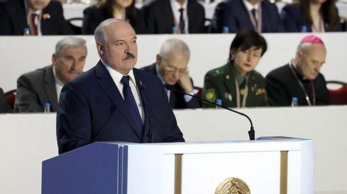 Лукашенко пообещал референдум по новой конституции через год