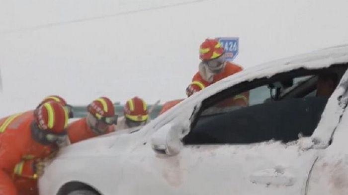 В Китае десятки авто попали в снеговую ловушку (видео)