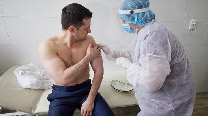 Зеленский приказал ускорить вакцинацию от COVID