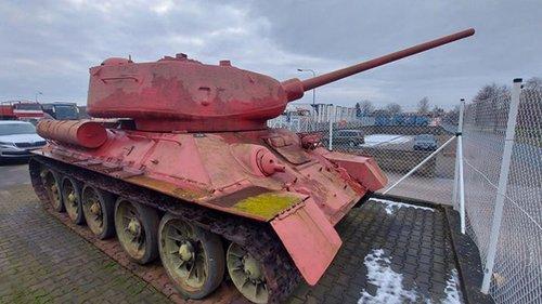 Житель Чехии около 30 лет хранил дома розовый танк и артустановку