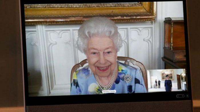 Улыбается и сняла траур. Королева Елизавета вернулась к работе после смерти мужа