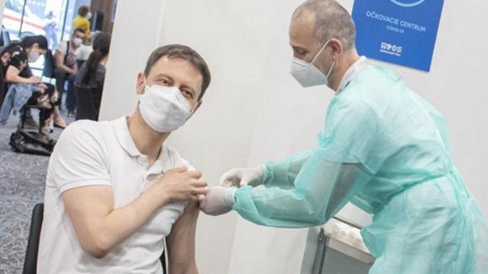 Премьер Словакии привился вакциной AstraZeneca