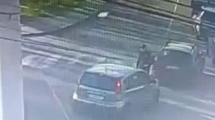 В Вишневом водитель намеренно сбил полицейского (видео)