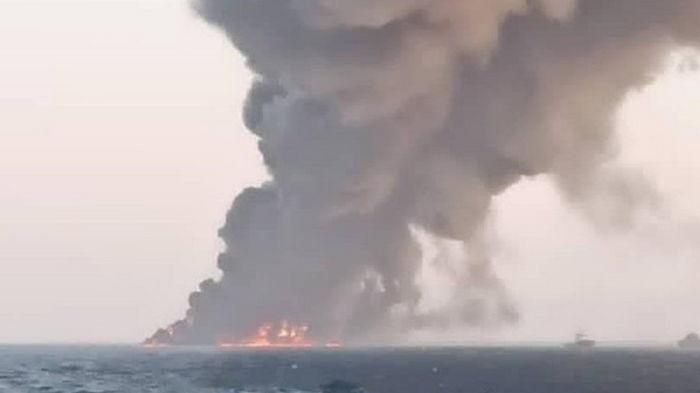 Крупнейшее иранское судно загорелось и затонуло