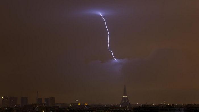 В Эйфелеву башню ударила молния: опубликовано фото
