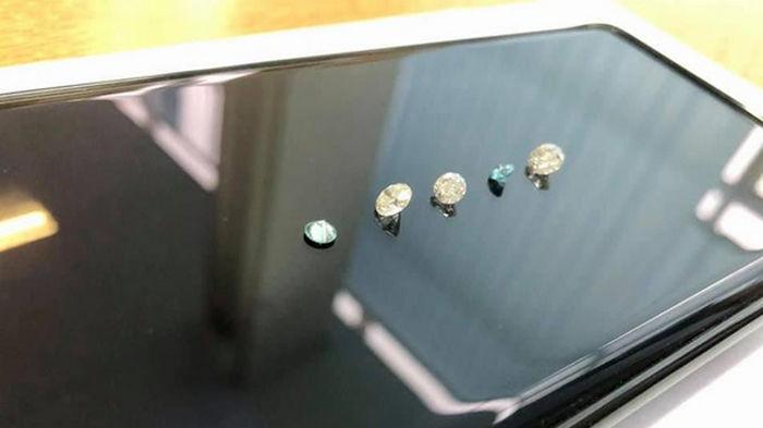 В Киеве таможня изъяла цветные бриллианты (фото)