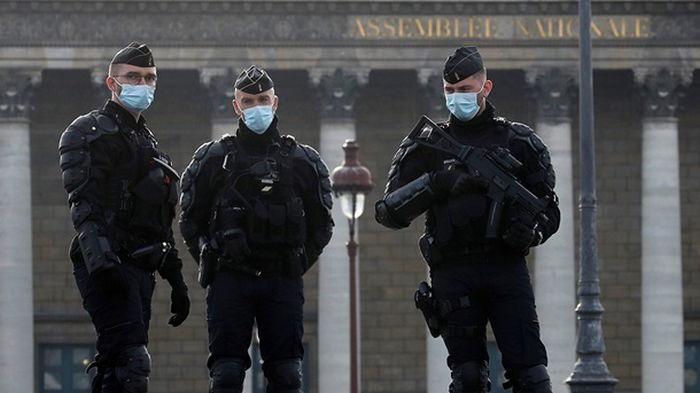 В Париже полиция разогнала масштабную уличную вечеринку
