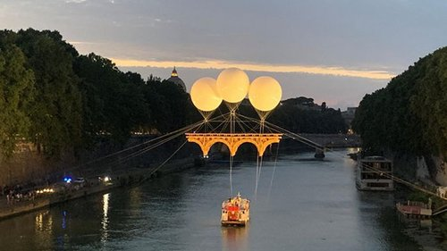 В Риме появился мост на воздушных шарах