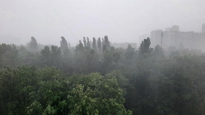 Киев накрыла мощная буря с грозой (видео)