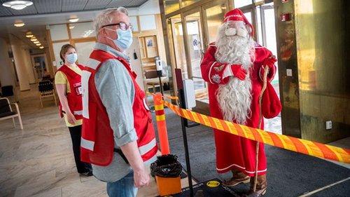 Финский Санта-Клаус посетил пункт вакцинации от COVID