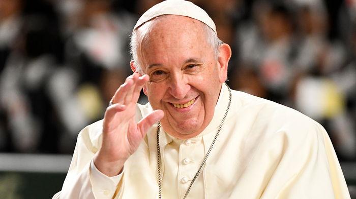 Папа Римский Франциск играет в настольный футбол во время еженедельной аудиенции