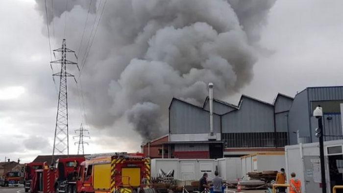 Во Франции загорелся металлургический завод: есть риск токсических выбросов