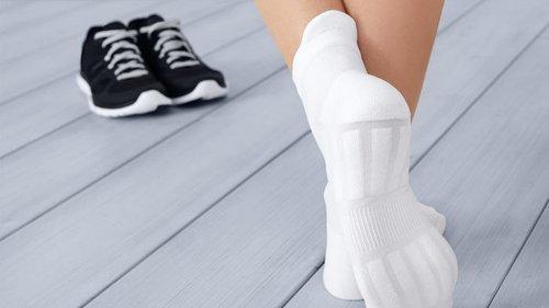 2 простых способа: как вернуть белоснежный цвет носкам, майкам и футболкам?