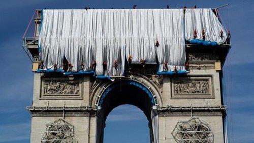 В Париже Триумфальную арку накрыли тканью (фото)