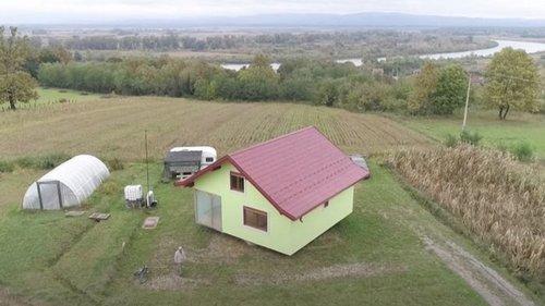 У Боснії чоловік збудував дружині дім, що обертається. Вона просила урізноманітнити види з вікна (видео)